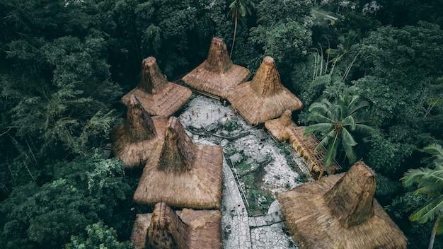 Huttes de toit en paille. village traditionnel sumbanais.