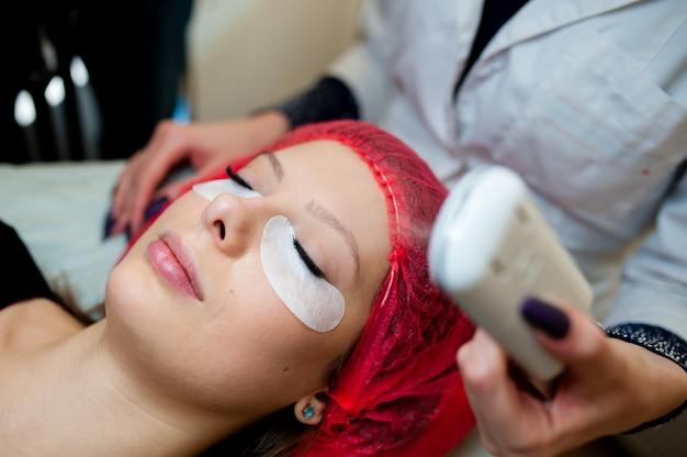 Hydratation de la peau du matériel dans le salon de cosmétologie.