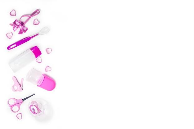 Hygiène des enfants : articles de bain, bouteille de shampoing, jouet en caoutchouc, éponge, peigne, thermomètre, vue de dessus des ciseaux de sécurité, sur fond blanc. espace de copie. kit de soins personnels pour enfants. accessoires de bain.