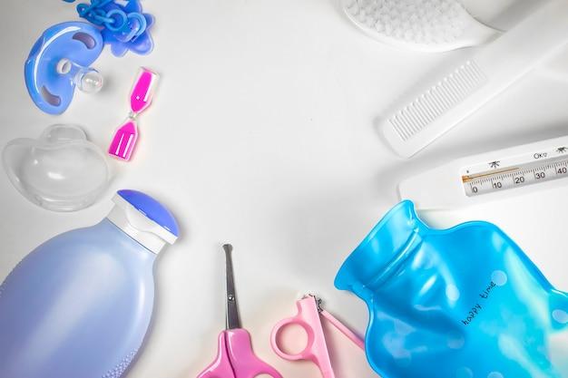 Hygiène des enfants. douche de bébé à plat sur fond blanc. articles pour nouveau-né. accessoires de lavage de bébé. soins bébé. espace de copie.