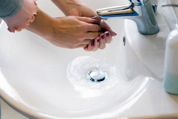Hygiène. mains de nettoyage
