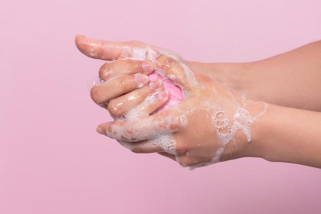 Hygiène pour protéger la santé humaine contre les virus lavage des mains avec le processus de savon sur rose