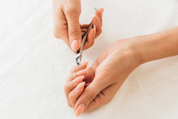 Hygiène et soin des ongles coupant les cuticules
