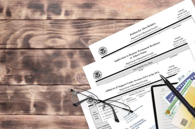I-130 pétition pour un parent étranger, i-485 demande d'enregistrement de résidence permanente ou d'ajustement de statut et i-864 affidavit de pension alimentaire