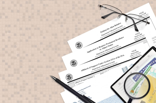 I-130 pétition pour parent étranger, i-485 demande d'enregistrement de résidence permanente et i-864 affidavit de pension alimentaire