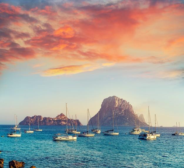 Ibiza cal d d hort avec coucher de soleil sur l'îlot es vedra