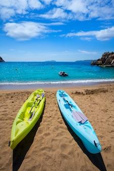 Ibiza cala sant vicent plage avec kayaks san juan