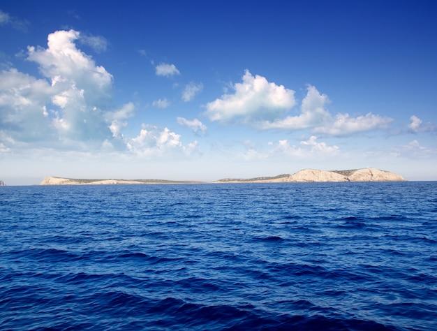 Ibiza conillera et les îles bosque en jour bleu