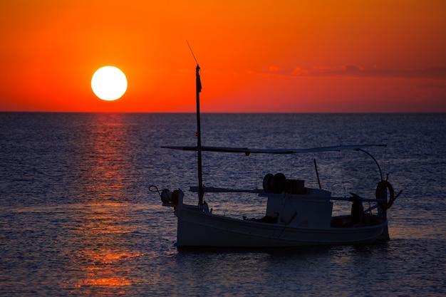Ibiza coucher de soleil et bateau de pêche formentera