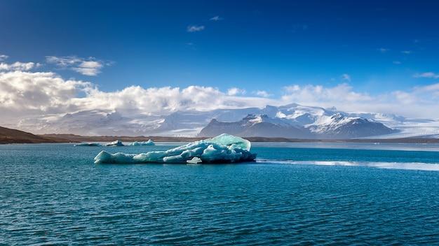 Ice bergs dans le lac glaciaire de jokulsarlon, islande.