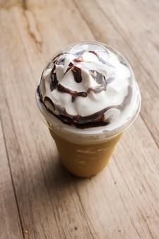 Ice cappuccino frappé dans une tasse en plastique.