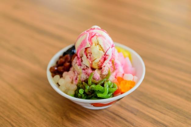 Ice kacang, malaisie, crème glacée garnie de graines de basilic, de cacahuètes, de maïs.