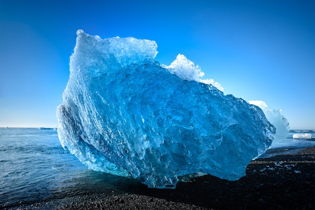 Iceberg bleu dans le lac du glacier jokulsarlon