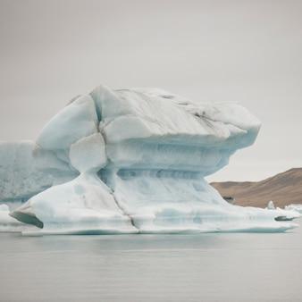 Iceberg vêlant flottant dans le lac glaciaire