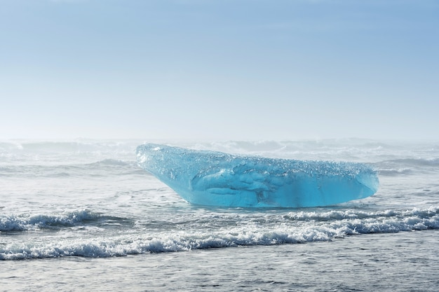 Icebergs dans le lac glaciaire de jokulsarlon, islande.