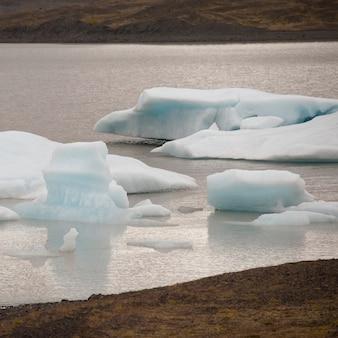 Icebergs flottant au large dans un lac glaciaire