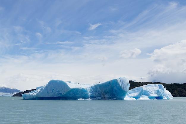Icebergs flottant sur le lac argentino, paysage de patagonie, argentine. lac argentin