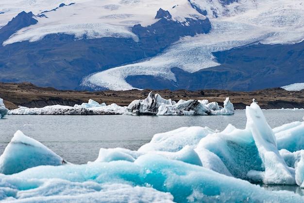 Icebergs flottants dans la lagune glaciaire de jokulsarlon, islande