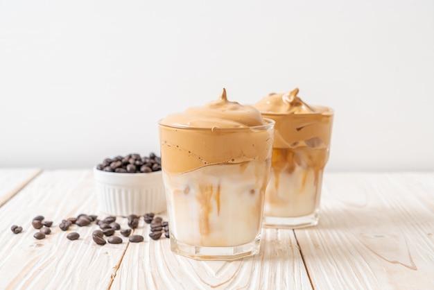 Iced dalgona coffee, un café fouetté crémeux moelleux à la mode