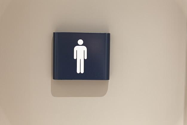 Icône carrée de wc wc signe blanc et bleu foncé sur la porte des toilettes