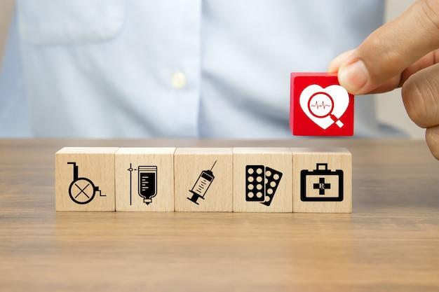 Icône de coeur sur des blocs de jouet cube en bois et autres icônes médicales