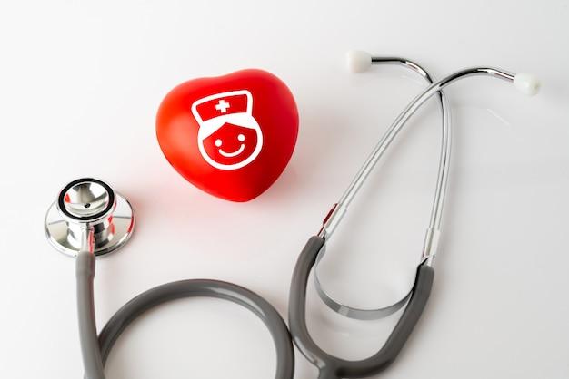 Icône de cœur et stéthoscope, concept médical & santé