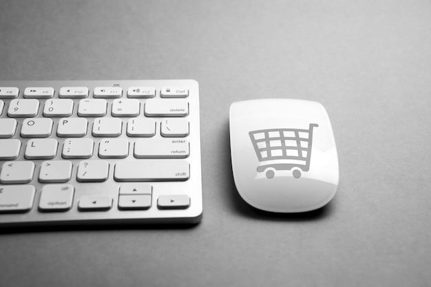 Icône de commerce électronique sur clavier de souris et d'ordinateur