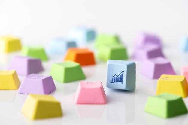 Icône de concept stratégie commerciale, marketing & shopping en ligne sur le clavier coloré