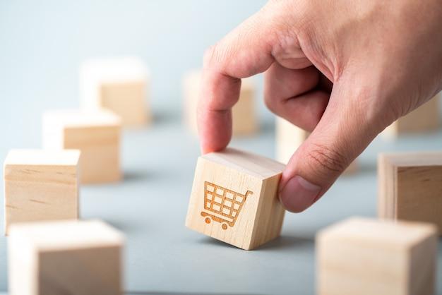 Icône De Concept De Stratégie Pour Le Commerce, Le Marketing Et Les Achats En Ligne Sur Le Clavier Du Cube Et De L'ordinateur Photo Premium