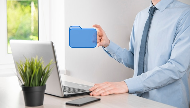 Icône de dossier de prise de main. le système de gestion des documents ou la configuration dms par un consultant en informatique avec un ordinateur moderne recherchent des informations de gestion et des fichiers d'entreprise. traitement d'entreprise