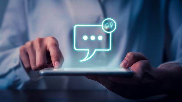 Icône d'écran d'alerte de message de notifications et envoyée au destinataire, connexion de communication aux lettres globales sur le lieu de travail