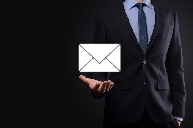 Icône d'email et d'utilisateur, signe, concept de marketing de symbole ou de newsletter, diagramme. envoi d'e-mail. courrier en vrac. concept de marketing par e-mail et sms. schéma de vente directe en entreprise. liste des clients pour l'envoi.