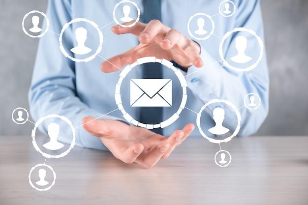 Icône d'email et d'utilisateur, signe, concept de marketing de symbole ou de newsletter, diagramme. envoi d'e-mail. schéma de vente directe en entreprise. liste des clients pour l'envoi.