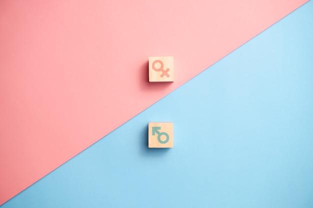 Icône de genre sur des blocs de bois. concepts d'égalité des sexes.