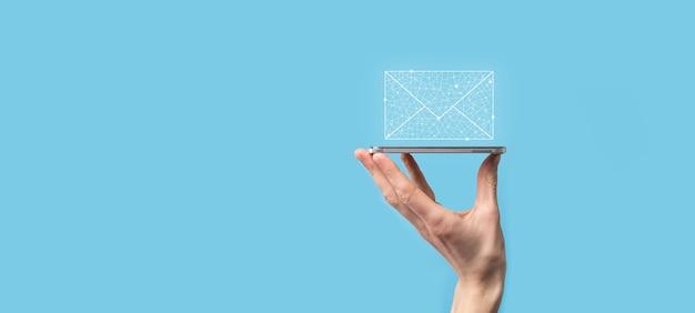 Icône de lettre tenant une main masculine, icônes de courrier électronique. contactez-nous par courrier électronique et protégez vos informations personnelles contre les courriers indésirables. centre d'appels du service client contactez-nous. marketing par e-mail et newsletter.