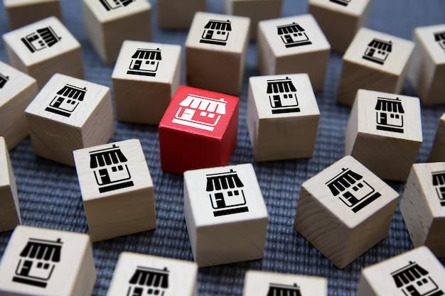 Icône de magasin de marketing de franchise sur des blocs de jouets en bois.