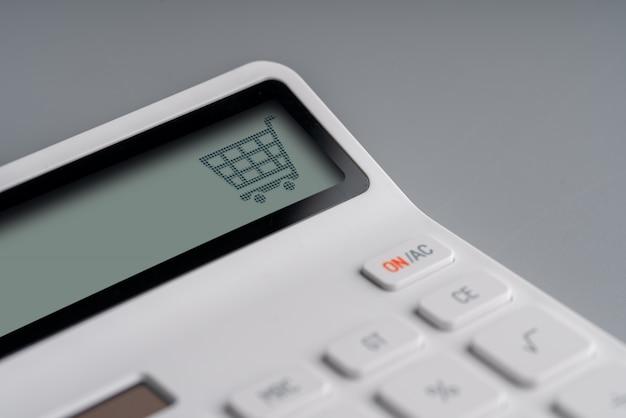 Icône de magasinage et entreprise en ligne sur calculatrice blanche