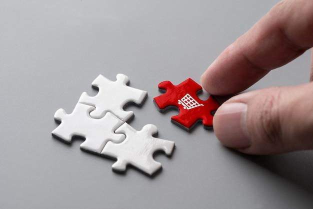 Icône de magasinage en ligne sur un cube de puzzle coloré