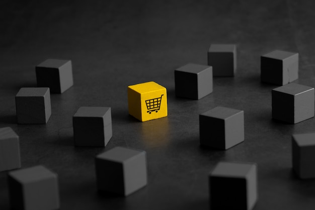 Icône de magasinage en ligne sur cube puzzle coloré