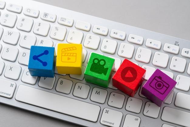 Icône de médias sociaux sur le clavier