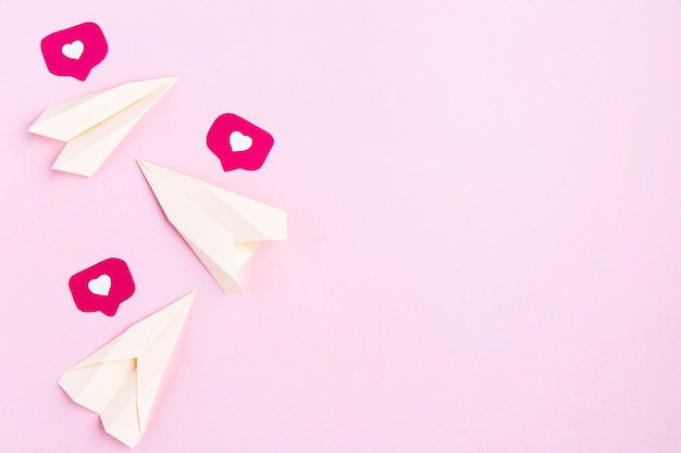 Icône de papier avions et coeurs