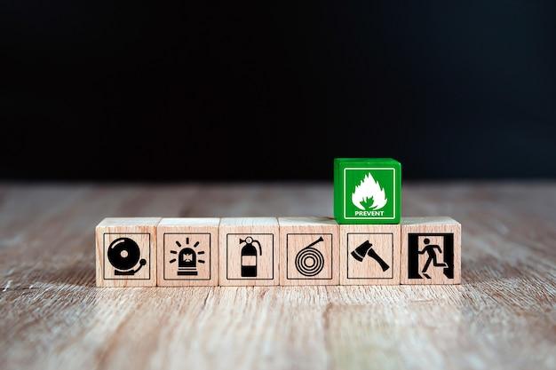 Icône de prévention d'incendie sur des blocs de bois.