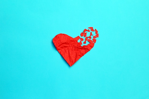 Icône de séparation et de divorce concept rupture de cœur brisé. papier froissé rouge en forme d'amour déchiré