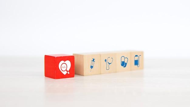 Icône de signaux d'onde cardiaque et cardiaque en gros plan sur un bloc de jouet en bois cube