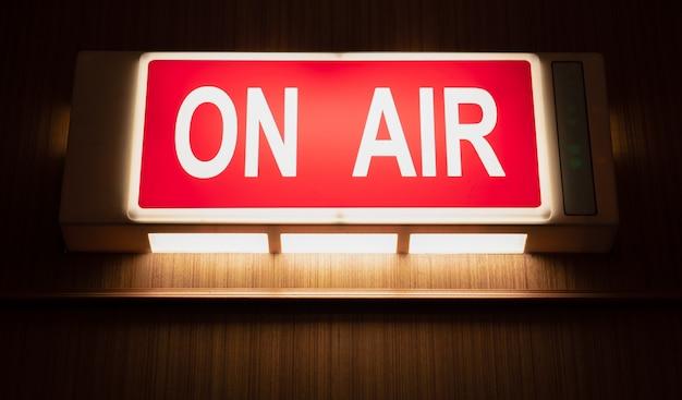 Icône de signe on air incandescent sur le mur en bois des studios d'enregistrement sonore