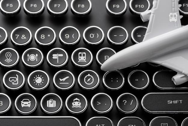 Icône de voyage sur le clavier de l'ordinateur pour le concept de réservation en ligne