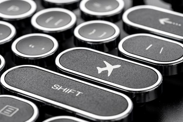 Icône de voyage sur clavier d'ordinateur de style rétro pour le concept de réservation en ligne
