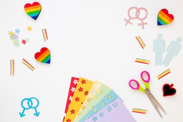 Icônes de couples homosexuels avec des coeurs et des arcs-en-ciel sur la table