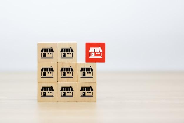 Icônes de franchise sur la forme de cube en bois empilés.