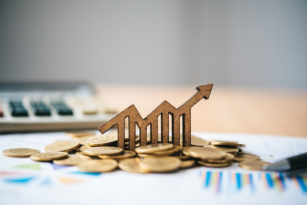 Icônes graphiques placées sur des pièces de monnaie-concept d'objectifs commerciaux.